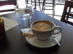 Pohár vody ku káve
